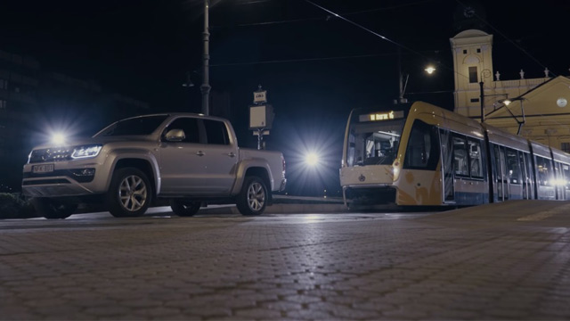 Da li automobil može da povuče tramvaj? VW Amarok V6 to može! (VIDEO)